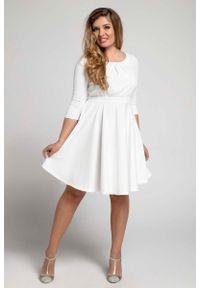 Nommo - Ecru Rozkloszowana Sukienka z Zaznaczoną Talią PLUS SIZE. Kolekcja: plus size. Materiał: poliester, wiskoza. Typ sukienki: dla puszystych
