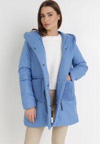 Born2be - Niebieska Kurtka Delynome. Okazja: na co dzień. Kolor: niebieski. Materiał: tkanina. Długość: długie. Wzór: aplikacja. Styl: casual