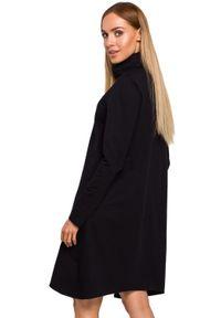 MOE - Asymetryczna trapezowa sukienka z golfem. Typ kołnierza: golf. Materiał: bawełna, dzianina, materiał. Długość rękawa: długi rękaw. Typ sukienki: asymetryczne, trapezowe
