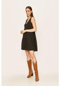 Jacqueline de Yong - Sukienka. Okazja: na co dzień. Kolor: czarny. Materiał: dzianina. Długość rękawa: na ramiączkach. Typ sukienki: proste. Styl: casual