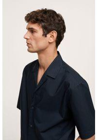 Mango Man - Koszula MANISES. Typ kołnierza: kołnierzyk klasyczny. Kolor: niebieski. Materiał: bawełna, materiał. Długość rękawa: krótki rękaw. Długość: krótkie. Styl: klasyczny