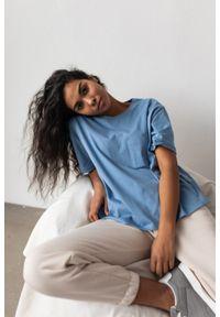 Marsala - T-shirt damski w kolorze niebieskim z kieszonką SPLIT CLASSIC BLUE BY MARSALA. Kolor: niebieski. Materiał: jeans, bawełna. Długość rękawa: krótki rękaw. Długość: krótkie