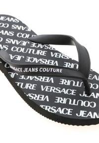 Versace Jeans Couture - VERSACE JEANS COUTURE - Czarne japonki z logo. Kolor: czarny. Materiał: guma. Wzór: aplikacja. Obcas: na płaskiej podeszwie