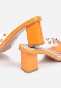 Born2be - Pomarańczowe Klapki Orta. Kolor: pomarańczowy