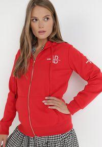 Born2be - Czerwona Bluza Pentheris. Kolor: czerwony. Materiał: bawełna, dzianina, polar, jeans. Długość rękawa: długi rękaw. Wzór: napisy, haft