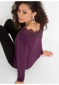 Shirt z koronką w dekolcie bonprix ciemny lila. Kolor: fioletowy. Materiał: koronka. Wzór: koronka