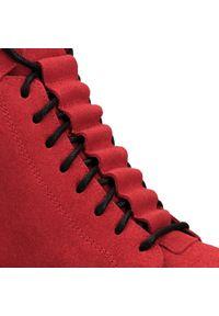 Czerwone botki Arturo Vicci z cholewką przed kolano, w kolorowe wzory, sportowe, z cholewką