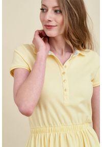 Marie Zélie - Sukienka Polo z gumką jasnożółta krótki rękaw. Okazja: do pracy, na co dzień. Typ kołnierza: polo. Kolor: żółty. Materiał: dzianina, bawełna, materiał. Długość rękawa: krótki rękaw. Typ sukienki: proste, sportowe. Styl: klasyczny, wakacyjny, casual, sportowy