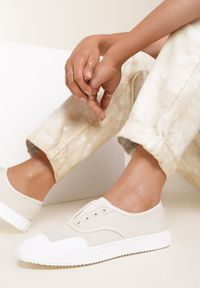Renee - Beżowe Trampki Aglaorila. Nosek buta: okrągły. Zapięcie: bez zapięcia. Kolor: beżowy. Materiał: materiał, guma. Szerokość cholewki: normalna. Wzór: jednolity. Obcas: na płaskiej podeszwie