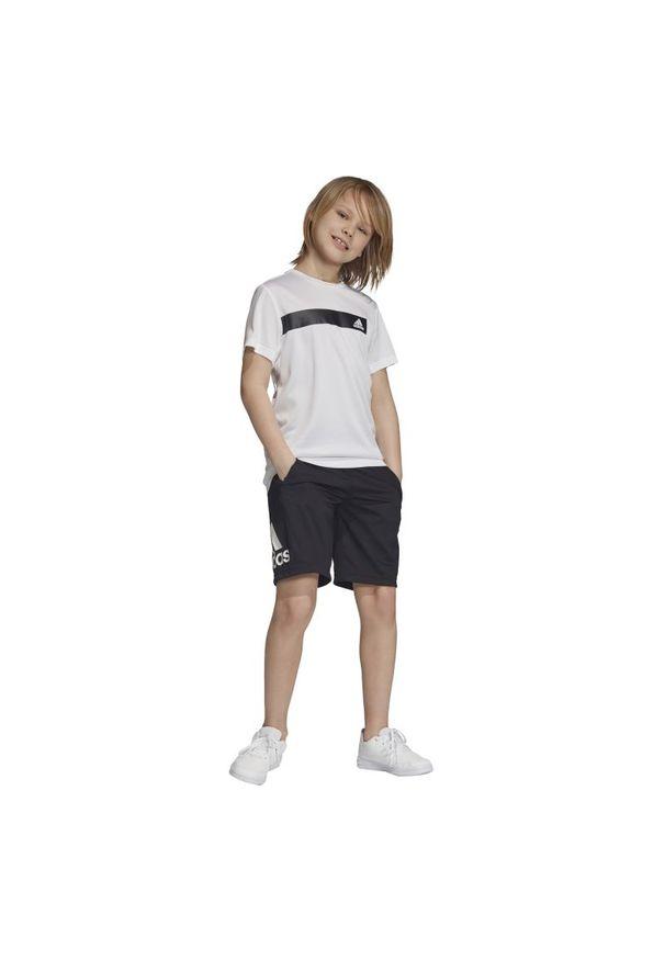 Czarne spodenki Adidas sportowe, w kolorowe wzory