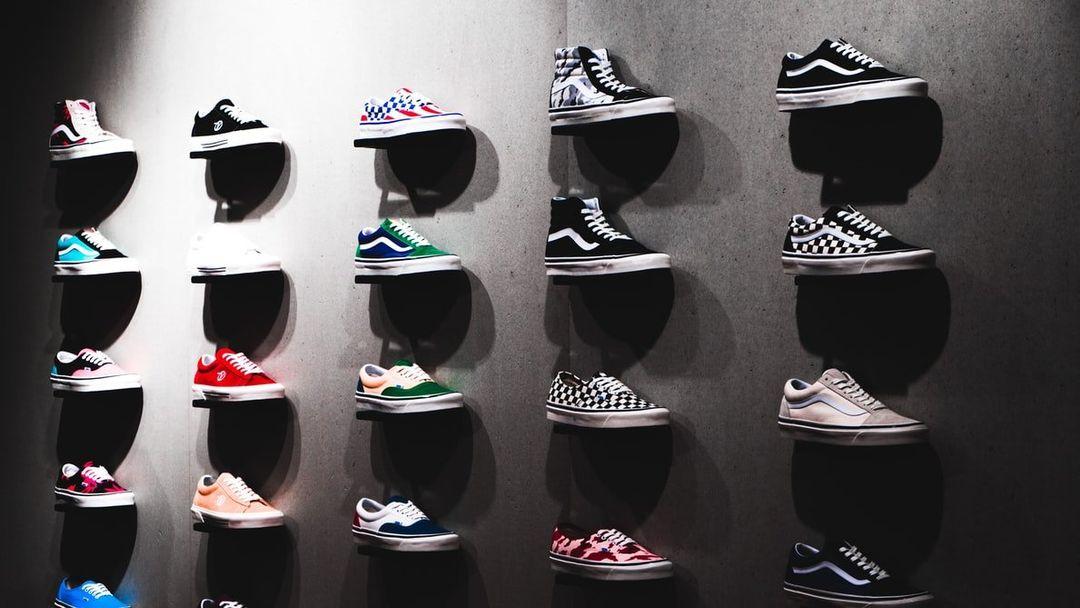 Jak sneakersy podbiły świat mody – historia i zaskakujące ciekawostki na temat sportowych butów