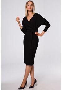 e-margeritka - Sukienka kopertowa z prążkowanej dzianiny czarna - 2xl. Kolor: czarny. Materiał: dzianina, prążkowany. Wzór: prążki. Typ sukienki: kopertowe