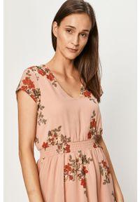 Różowa sukienka Vero Moda prosta, casualowa