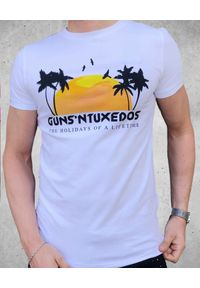 GUNS & TUXEDOS - T-shirt z nadrukiem Guns Holiday. Kolor: niebieski. Materiał: jeans, bawełna. Wzór: nadruk. Styl: wakacyjny