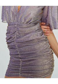 MARLU - Fioletowa sukienka Pilar. Okazja: na randkę. Typ kołnierza: dekolt w kształcie V. Kolor: różowy, fioletowy, wielokolorowy. Materiał: wiskoza, tkanina. Typ sukienki: dopasowane. Styl: wizytowy. Długość: mini
