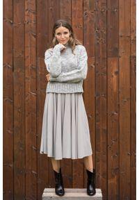 VEVA - Rozkloszowana spódnica midi z koła Foggy szara. Okazja: do pracy. Kolor: szary. Materiał: jeans. Długość: krótkie. Wzór: melanż. Sezon: jesień, zima