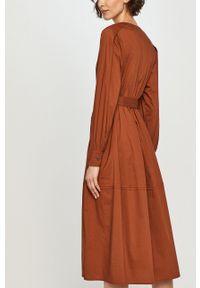 Scotch & Soda - Sukienka. Kolor: brązowy. Materiał: tkanina. Długość rękawa: długi rękaw. Typ sukienki: rozkloszowane