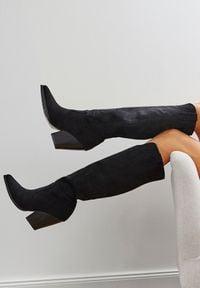 Renee - Czarne Kozaki Daphgenia. Wysokość cholewki: przed kolano. Zapięcie: bez zapięcia. Kolor: czarny. Szerokość cholewki: normalna. Wzór: aplikacja. Obcas: na obcasie. Styl: boho. Wysokość obcasa: wysoki