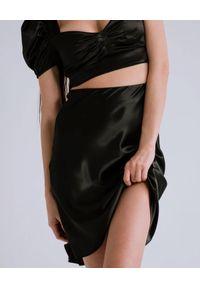 DOLLINA - Czarna spódnica midi AMIS. Stan: podwyższony. Kolor: czarny. Materiał: satyna. Sezon: lato