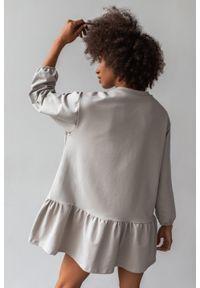 Sukienka z dzianiny dresowej z falbanką kolor szary- ALLISON by Marsala. Kolor: szary. Materiał: dresówka, dzianina. Długość rękawa: długi rękaw. Wzór: gładki