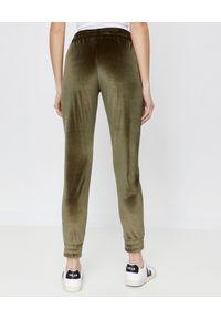 CUORI e PICCHE - Spodnie dresowe TRICK khaki z aksamitu. Kolor: zielony. Materiał: dresówka