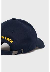 Niebieska czapka z daszkiem Blauer z aplikacjami