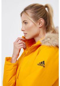 adidas Performance - Kurtka. Kolor: pomarańczowy. Materiał: futro, materiał. Długość: długie