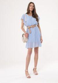 Born2be - Jasnoniebieska Sukienka Charmer. Okazja: na wesele, na ślub cywilny, na randkę. Kolor: niebieski. Materiał: materiał. Typ sukienki: plisowane. Długość: mini