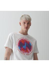 Reserved - T-shirt z autorską grafiką - Biały. Kolor: biały