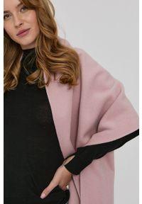 Liviana Conti - Poncho. Kolor: różowy. Materiał: dzianina. Wzór: gładki