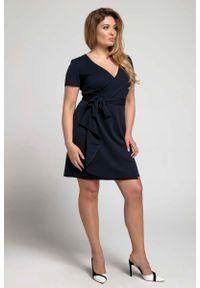 Niebieska sukienka wizytowa Nommo dla puszystych, plus size, z kopertowym dekoltem
