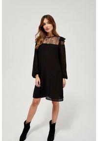 MOODO - Plisowana sukienka z koronką. Materiał: koronka. Wzór: koronka. Typ sukienki: trapezowe. Styl: elegancki
