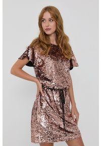 TwinSet - Twinset - Sukienka. Okazja: na co dzień. Kolor: różowy. Długość rękawa: krótki rękaw. Typ sukienki: proste. Styl: casual