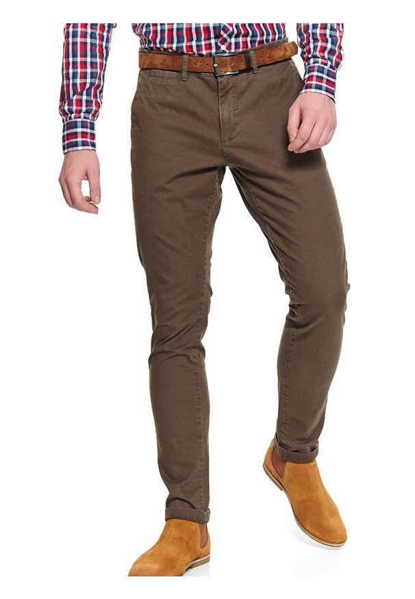 TOP SECRET - Spodnie strukturalne typu chino slim fit. Okazja: do pracy. Kolor: brązowy. Materiał: materiał. Sezon: wiosna