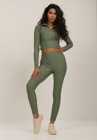 Renee - Zielone Legginsy Emilyse. Stan: podwyższony. Kolor: zielony. Materiał: dzianina. Długość: długie. Wzór: jednolity, kolorowy. Styl: sportowy