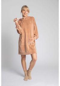 MOE - Welurowa Sukienka w Sportowym Wydaniu - Beżowa. Kolor: beżowy. Materiał: welur