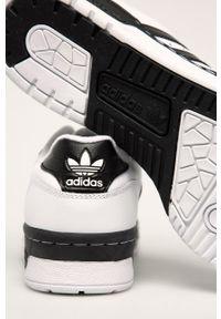 Białe sneakersy adidas Originals z okrągłym noskiem, na sznurówki