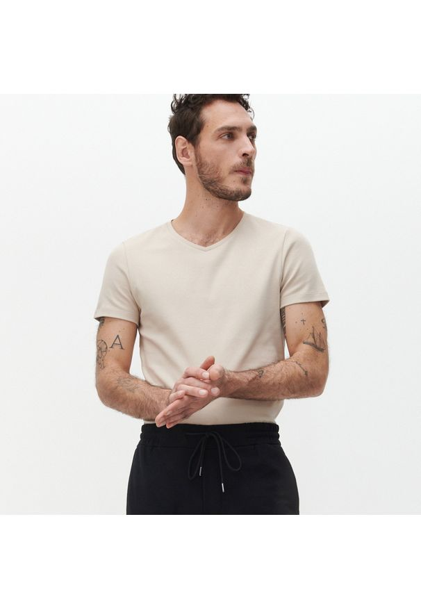 Reserved - Gładki T-shirt Basic - Beżowy. Kolor: beżowy. Wzór: gładki