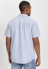 Born2be - Biało-Niebieska Koszula Theisine. Okazja: na co dzień. Kolor: biały. Materiał: tkanina, materiał, jeans. Długość rękawa: krótki rękaw. Długość: krótkie. Wzór: paski. Styl: klasyczny, casual