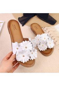Białe klapki Juma w kwiaty