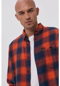 Lee - Koszula bawełniana. Typ kołnierza: button down. Kolor: pomarańczowy. Materiał: bawełna. Długość rękawa: długi rękaw. Długość: długie