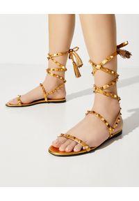 VALENTINO - Złote wiązane sandały Rockstud. Zapięcie: pasek. Kolor: złoty. Wzór: paski. Styl: boho