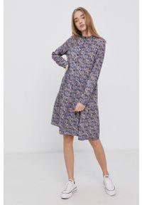 Vero Moda - Sukienka. Typ kołnierza: kołnierzyk stójkowy. Kolor: fioletowy. Materiał: tkanina, włókno, materiał. Długość rękawa: długi rękaw