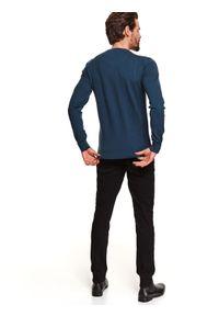 TOP SECRET - Sweter z miękkiej dzianiny. Okazja: na co dzień. Typ kołnierza: dekolt w serek. Kolor: niebieski. Materiał: dzianina. Długość: długie. Sezon: wiosna. Styl: elegancki, casual