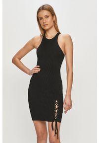 Guess - Sukienka. Kolor: czarny. Materiał: materiał. Typ sukienki: dopasowane