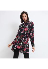 Mohito - Wiskozowa koszula w kwiaty - Czarny. Kolor: czarny. Materiał: wiskoza. Wzór: kwiaty