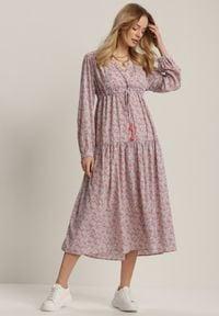 Renee - Liliowa Sukienka Metiothise. Kolor: fioletowy. Materiał: tkanina, wiskoza. Długość rękawa: długi rękaw. Wzór: kwiaty. Sezon: lato, wiosna. Typ sukienki: kopertowe. Długość: midi