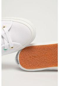 Białe tenisówki Superga z okrągłym noskiem, na niskim obcasie, na obcasie