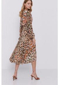 Guess - Sukienka. Kolor: brązowy. Materiał: tkanina. Długość rękawa: długi rękaw