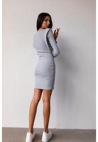 Sukienka dopasowana z pagonami w kolorze szarym- FLEXY by Marsala. Okazja: na imprezę, na randkę. Kolor: szary. Materiał: bawełna, dzianina, elastan, prążkowany. Długość rękawa: długi rękaw. Typ sukienki: bodycon, dopasowane. Długość: mini